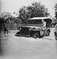De inundaties bij Soerabaja. Jeep ploegt door het water, Bestanddeelnr 10944.jpg