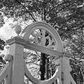 Detail houten hek in park - Velsen - 20240583 - RCE.jpg