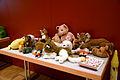 Die!!! Weihnachtsfeier 2013, 039 Zu den gestifteten Geschenken gehörten auch tischeweise Plüschtiere, von denen sich die Kinder etwas zum Spielen und Kuscheln aussuchen durften.jpg