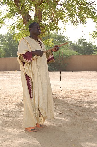 A Griot performs at Diffa, Niger, West Africa. The Griot is playing a Ngoni or Xalam. Diffa Niger Griot DSC 0177.jpg