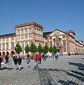 Ehrenhof des Mannheimer Schlosses und Schlosskirche - panoramio.jpg