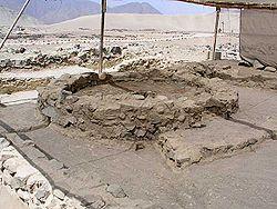 Historia del Perú 250px-El_Altar_del_Fuego_Sagrado_-_Caral