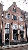 foto van Huis met topgevel met overhoekse toppilaster op geprofileerde kraagsteen en zijpilaster