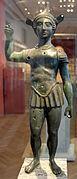 Statuette d'un soldat aux cheveux bouclés avec un casque et une armure.