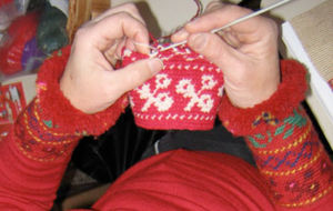 Tapestry crochet - In Finland, yarns are placed to the front and back of the same finger to quickly change colors and the hook is inserted into the back loop.