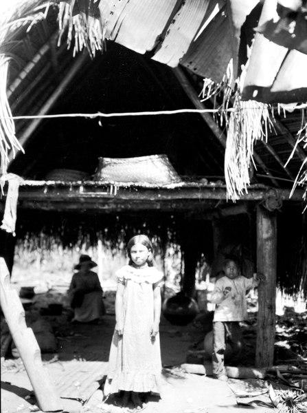 File:Flicka utanför indianboning. Missionsstn. Cavinas, nära Rio Beni, Bolivia - SMVK - 005028.tif