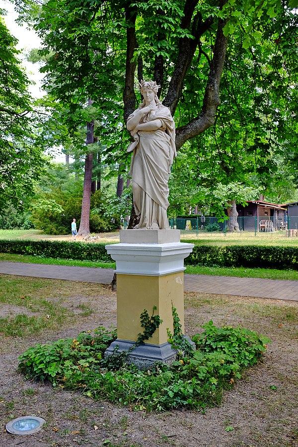 Soubor alegorických soch a váz