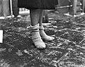 Gladde wegen, sokken over de schoenen, Bestanddeelnr 903-8090.jpg