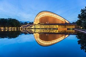 Vista noturna da Haus der Kulturen der Welt (Casa das Culturas do Mundo), centro nacional alemão para a apresentação e discussão de artes contemporâneas internacionais, com um foco especial em culturas e sociedades não europeias, Tiergarten, Berlim. (definição 5472×3648)