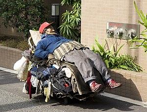 Homeless man, Tokyo. Français : Un sans abri à...