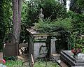 Hrobka s vázou, cintorín sv. Rozálie Košice, Slovensko.jpg