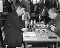 IBM schaaktoernooi, links J. H. Donner rechts L. Szabo, Bestanddeelnr 917-9956.jpg