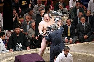 Asashōryū Akinori - Asashōryū receives the Prime Minister's Award for winning the May 2005 tournament.