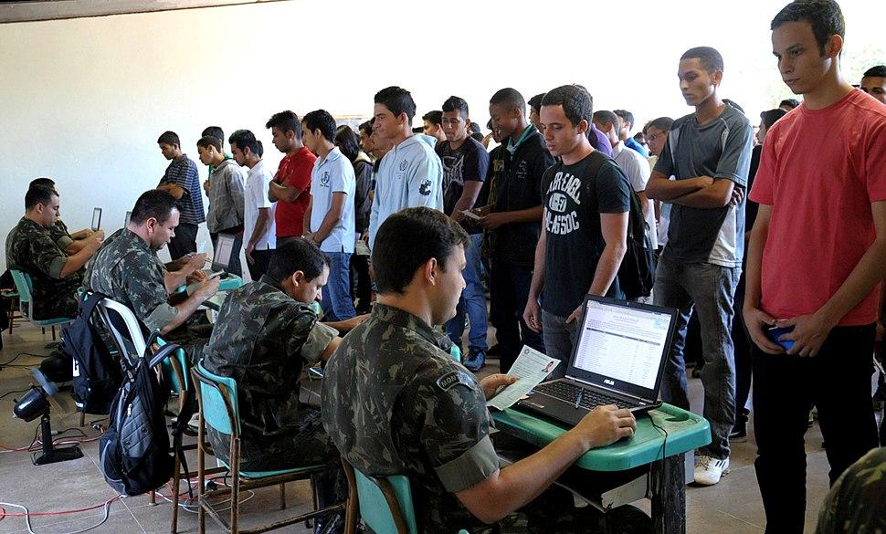 Jovens se apresentam para a fase de seleção do Serviço Militar (11967061054)