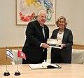 La alcaldesa entrega la Llave de Oro al presidente del Estado de Israel 04.jpg