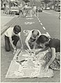 Leden van de Fietsersbond voeren actie op de Gedempte Oude Gracht middels het aanbrengen van klinkerprints om het fietspad te markeren. NL-HlmNHA 54021142.JPG