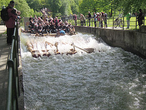 München - Flaucher - Floß auf dem Ländkanal 07.jpg