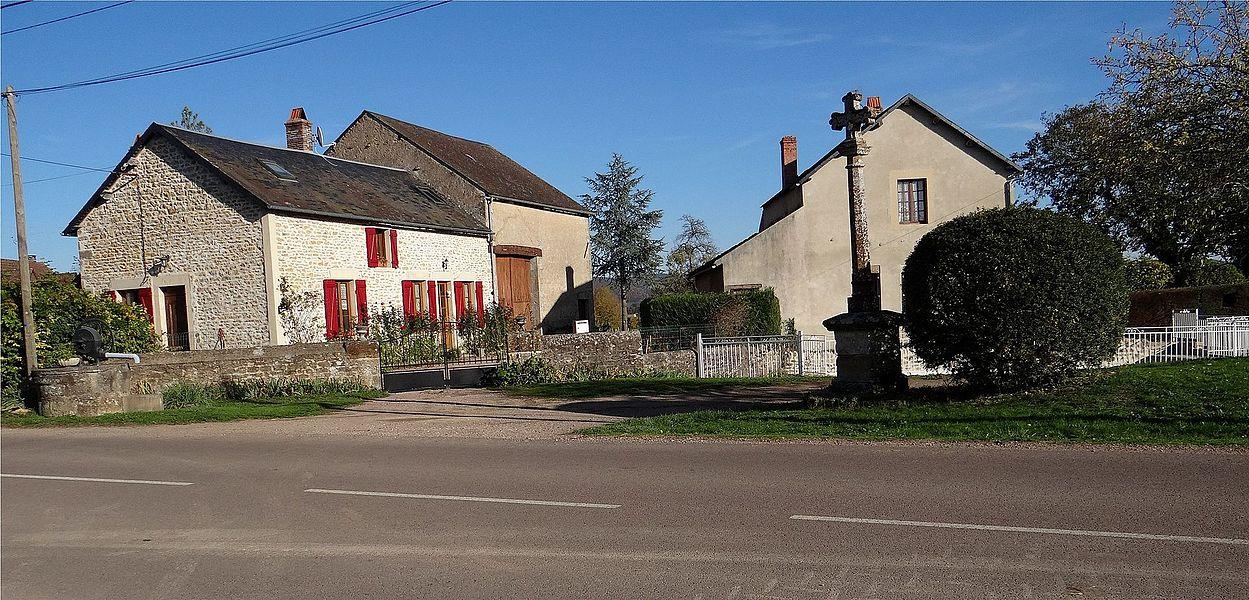 Croix et Lavoir à Bailly, Magny-Lormes, Nièvre, France.