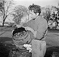 Man met een vat met kolen, Bestanddeelnr 252-9479.jpg