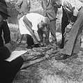 Massagraf te Waalsdorp Dokter SPL Hulst uit Leiden identificeert de stoffeli, Bestanddeelnr 900-5769.jpg
