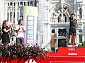 Mayer entrega el premio a Giorgia Bronzini, ganadora de etapa de la carrera femenina Madrid Challenge By La Vuelta 02.jpg