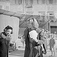 Meisjes met een suikerspin op de kerstmarkt gehouden op de Piazza Navona, Bestanddeelnr 254-5506.jpg