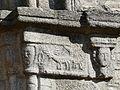 Mialet (Dordogne) église portail chapiteaux (1).JPG