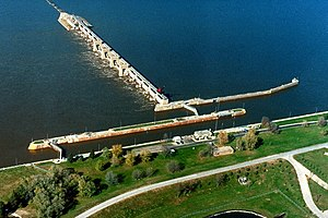Mississippi River Lock and Dam number 21.Jpg