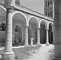Monnik in kruisgang van de École biblique et archéologique française de Jérusale, Bestanddeelnr 255-5369.jpg