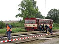 Náhradní doprava Litoměřice-Čížkovice (srpen 2010) - lidé nastupují do vlaku v Čížkovicích.JPG