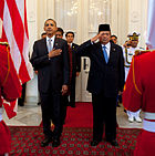 Obama and Susilo Bambang Yudhoyono in arrival ceremony cropped