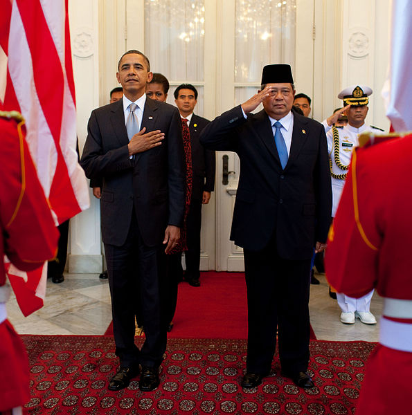 Berkas:Obama and Susilo Bambang Yudhoyono in arrival ceremony cropped.jpg