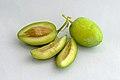 Olives vertes, fruit entier et coupé.jpg