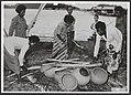 Om en op de potten wordt een brandstapel gebouwd. Humboldtbaai (Kaju Batu) - Nationaal Archief - 143-0151.jpg