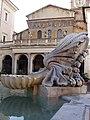 Particolare della fontana e Santa Maria in Trastevere.jpg