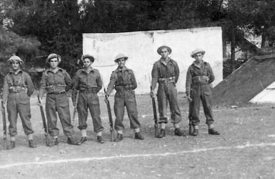 178-w 1948 Female Officer of the Haganah Handling a Sten Gun PHOTO