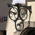 Praha, Mala Strana, Drazickeho namesti 12 - U tri pstrosu (domovni znameni).jpg