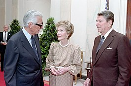 Wasserman (links) met Nancy en Ronald Reagan in 1988.