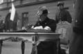 Regent Węgier Miklos Horthy wpisuje się do księgi pamiątkowej przy Grobie Nieznanego Żołnierza.png