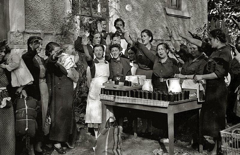 Reparto de comida por mujeres de la Sección Femenina de Falange Española bebés robados. Autor: Pascual Marín Ruiz, 1937. Fuente: Kutxa Fototeka (CC BY-SA 3.0.)