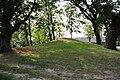 Rogeez Hügelgrab im Ort.jpg