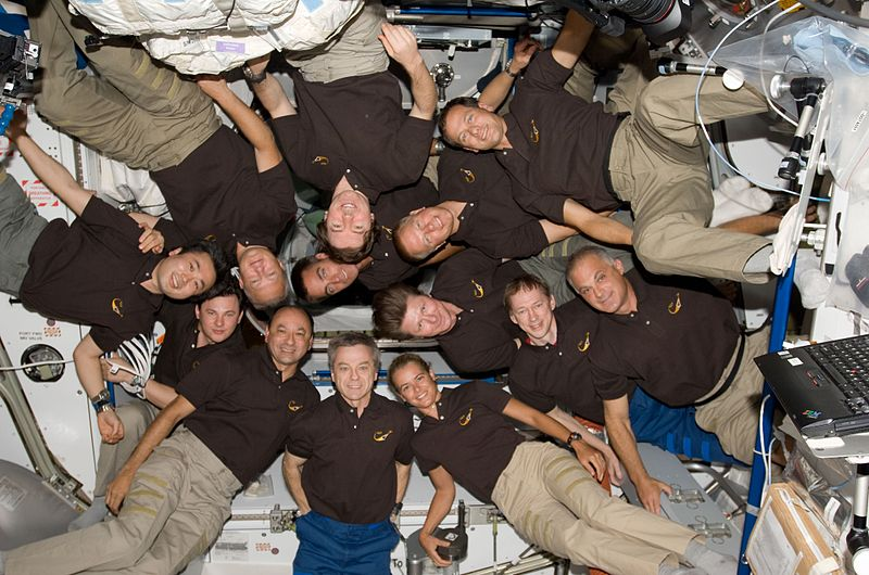 http://upload.wikimedia.org/wikipedia/commons/thumb/2/25/STS-127_group_picture_02.jpg/800px-STS-127_group_picture_02.jpg