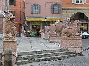San Prospero, Reggio Emilia - Lions in front of church