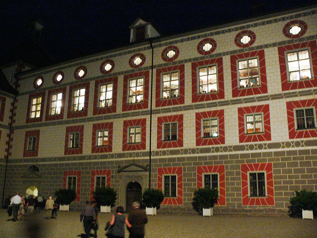 File Schloss Wolfegg Innenhof Mit Rittersaal Jpg Wikimedia Commons