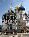 Sergijew Possad-16-Pavillon-Brunnenkapelle vor Mariae Entschlafenskathedrale-gje.jpg