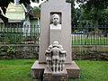 Skulpturgrupp och byst på gravvård över Edvard Welander.jpg
