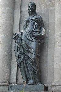 Dona amb imatge de la Mare de Déu