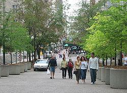 Vista de uma praça no centro da cidade.