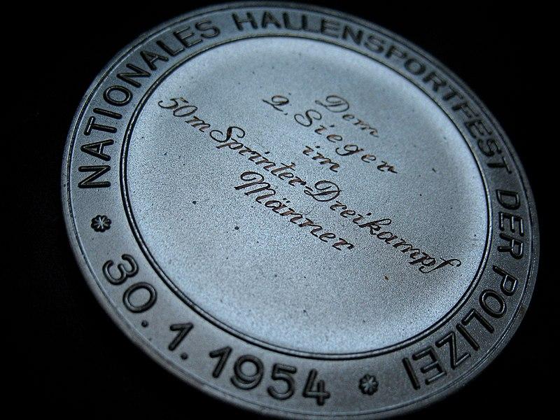 File:Sportvereinigung Polizei Hamburg Silbermedaille Nationales Hallensportfest 30. Januar 1954 2 Sieger im 50 Meter Sprinterdreikampf der Männer Rückseite.jpg