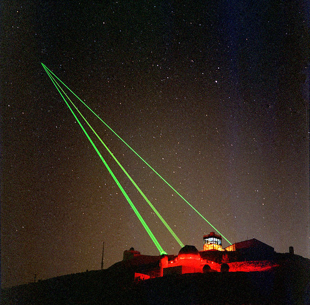610px-Starfire_Optical_Range_-_three_lasers_into_space.jpg